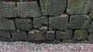 石垣に残る堀の痕跡と刻印…