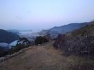 夜明け前の月と石垣…