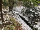 山屋敷の堀跡を流れる用水路…
