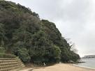 砂浜と十神山(城址)…