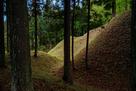 二の丸から見た本丸南の切岸と横堀