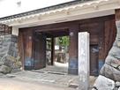 入口と石碑