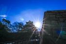 山里丸石垣と天守と太陽…