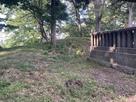 社殿横の土塁跡…