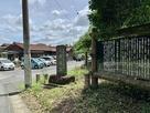 駐車場前にある城跡碑…