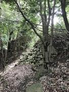 御体塚前の石垣…