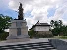鍋島直正公像と鯱の門・続櫓…