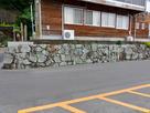 椿泊小学校校舎南側の下に残る石垣…