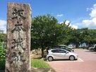 城碑と駐車場