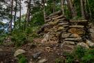 尾根の登城路を封鎖する石垣