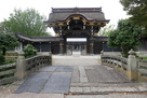 檜皮葺の唐門