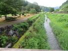 朝倉氏館前を流れる川と石垣…