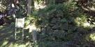 本丸跡下の石垣…
