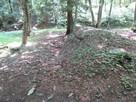 千畳敷跡と観音屋敷の境にある土塁…