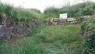 虎口から、ススキと笹に覆われた城址