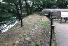 坤櫓跡と土塀礎石…
