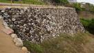 内堀に転用石いっぱい…