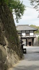 復元石垣と三の門…