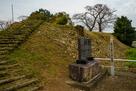 本丸東側の土塁と城址碑