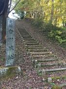 城址碑と本丸への階段…