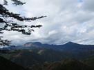主郭から見た大洞山(左)と尼ヶ岳(右)…