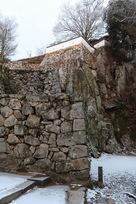 大手門脇の岩盤と石垣…