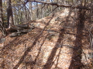 秋吉砦にわずかに残る石積み…