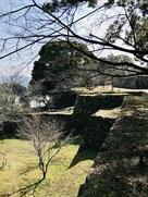 北の丸跡から石垣群を眺める…