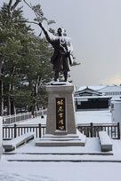 雪の堀尾吉晴公の像…