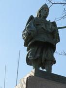 高櫓郭に立つ楠木正行像…