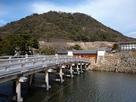 大手門と久松山…
