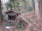 諏訪神社脇のお稲荷様の後に登城口…