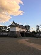 夕日を浴びる銅門…