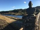 銅像「田中國廣」と綾南川…