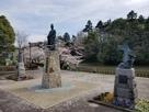 明智光秀像と堀越の城跡…