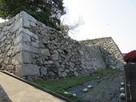 西櫓跡から天守台跡の石垣 (外側から)…