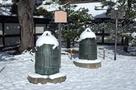 雪が積もった釣鐘…