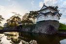 本丸辰巳櫓(復元)と表門の夕景…