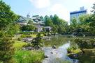 新緑の庭園と佐藤記念美術館…