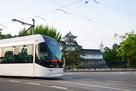 大手口の市内電車と模擬天守…