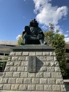 駅前広場の信玄公銅像…