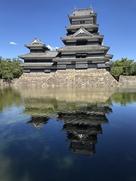 水面に写る松本城