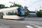 大手町交差点の市内電車と模擬天守…
