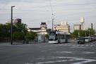 城址公園前を走る環状線市内電車…