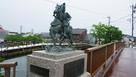 放生津橋の足利義材騎馬像…