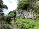 遊歩道の下の岩壁①…