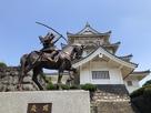 偽物のお城に矢を射掛けるの銅像…