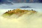 秋の雲海にうかびあがる竹田城…