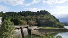 ダム越しの城址遠景…