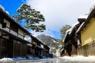 近江八幡新町通りの町並みと八幡山雪景色